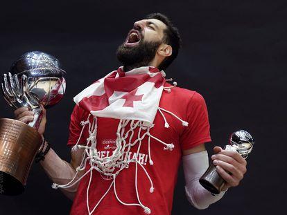 Shengelia celebra el título de Liga con la bandera georgiana al cuello. ACBPHOTO