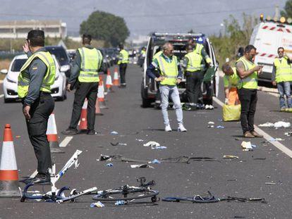 Agentes de la Guardia Civil y de emergencias en el punto donde la conductora de un turismo arrolló en 2017 a un grupo de seis ciclistas.
