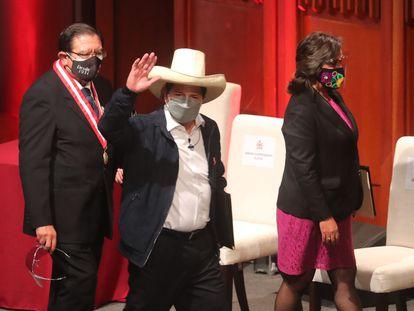 El nuevo presidente de Perú, Pedro Castillo, saluda tras recoger las credenciales que acreditan su victoria en las elecciones del 6 de junio.