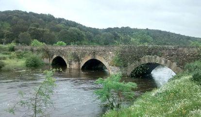 Puente sobre la rivera de Azaba, donde se desarrolló la batalla. Al fondo, la cota donde se situaba el ejército francés.