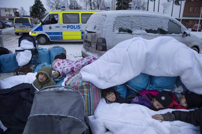 Niños sirios duermen ante el Servicio de Migración en Marsta en enero pasado.