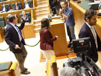 Parlamentarios del PP se encaran con Julen Arzuaga (EH Bildu) durante un bronco pleno de la Cámara vasca este jueves pasado.