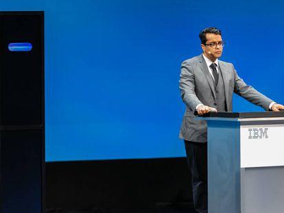 Project Debater, el aparato negro de la izquierda, contesta a Harish Natarajan, líder mundial de victorias en competiciones de debates, en 2019, en San Francisco.
