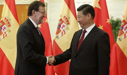 El presidente del Gobierno español, Mariano Rajoy, saluda al presidente chino, Xi Jinping.