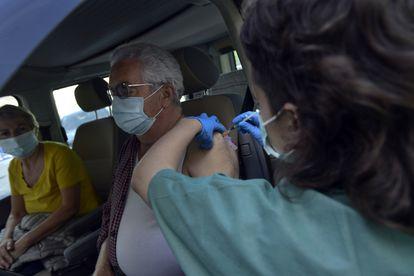 Vacunación con dosis de Pfizer en Pamplona, este viernes.