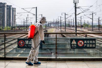 Un trabajador desinfecta la estación de tren de Wuhan, en la provincia China de Hubei.