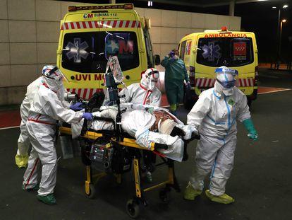 Traslado de una paciente con covid-19 desde el Hospital Universitario de Guadalajara al hospital Puerta de Hierro en Madrid.