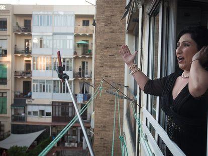 Begoña Alberdi en una de sus actuaciones desde la ventana de su casa.