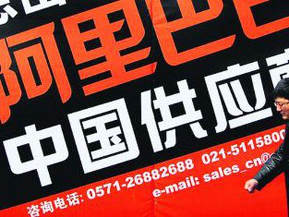 Una persona pasa ante un cartel de la web alibaba.com, el Amazon oriental.