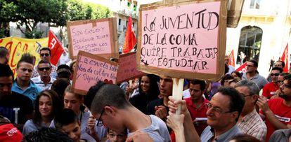 Varios asistentes a la manifestación de esta mañana en Valencia contra el cierre de un centro en La Coma.