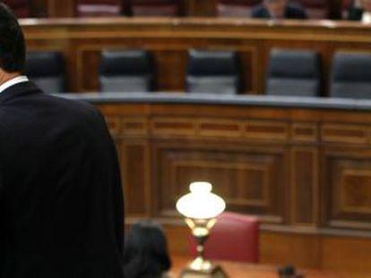 Pedro Sánchez, en el Congreso, con la bancada del Gobierno casi vacía al fondo.