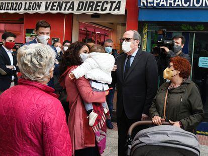 El candidato del PSOE a la Comunidad de Madrid, Ángel Gabilondo, durante su visita a Rivas Vaciamadrid con motivo de la campaña electoral socialista.