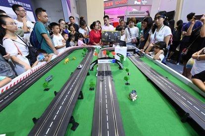Visitantes de una exposición tecnológica china controlan coches teledirigidos con interfaces cerebro máquina