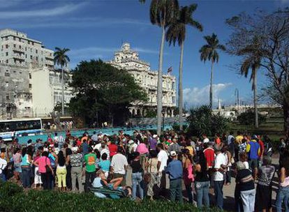 Cientos de cubanos hacen cola frente al Consulado de España en La Habana el pasado 29 de diciembre.