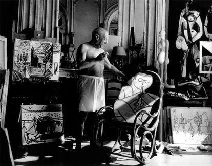 Picasso en su taller de Villa Californie, en Cannes, en 1957.