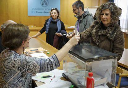 Profesores votan este jueves en la Facultad de Historia de la Universitat de València.