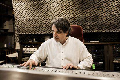 Segundo Grandío, retratado en su estudio de Galicia, donde produce discos y vídeos de conciertos.