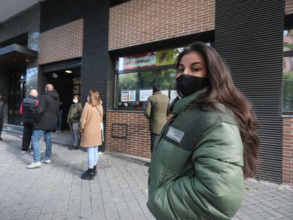 Una joven en la cola de la oficina de empleo de Usera (Madrid).