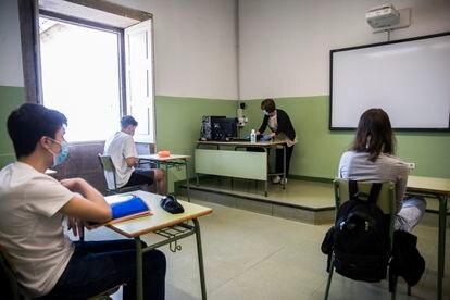 Clase en el instituto Rosalía de Castro de Santiago de Compostela, este lunes.