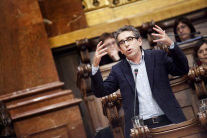 Jordí Martí, líder socialista en el ayuntamiento de Barcelona, se abstiene en la votación soberanista.