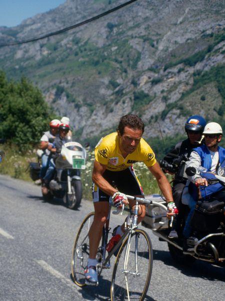Bernard Hinault, líder al ataque, antes de sufrir una pájara en Superbagnères en el Tour de 1986.
