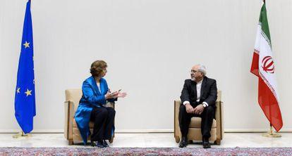 La jefa de la diplomacia de la UE y su homólogo iraní, en Ginebra, en octubre.