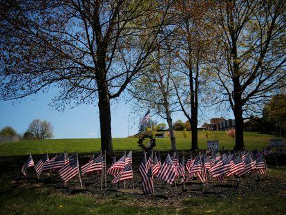 Banderas por los veteranos afuera de una residencia en Massachusetts.