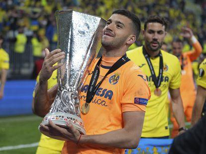 Gerónimo Rulli exhibe la Copa, el miércoles en Gdansk (Polonia).