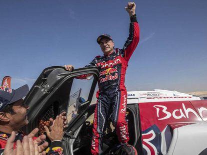 Carlos Sainz, en el centro, celebra su tercer Dakar. En vídeo, resumen del paso del piloto por la competición.