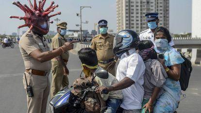 Un policía de Chennai, en el este de la India, con un casco decorado como un coronavirus.