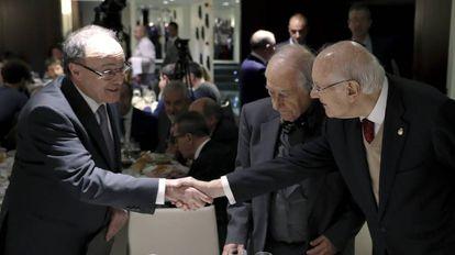 El gobernador del Banco de España, Luis María Linde, con el jurista Romay Becaria en el coloquio de Club Siglo XXI en Madrid.
