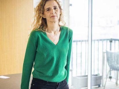 Delphine de Vigan, retratada en su ático de París, donde llevaba dos meses confinada escribiendo un libro antes del estallido de la covid-19.