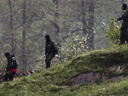 Guardias civiles, camino del desmantelamiento de un zulo.