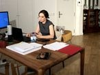 Isabel Díaz Ayuso, en una videoconferencia desde el apartotel en que se hospeda.