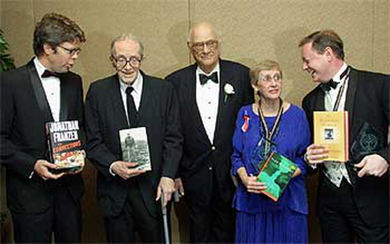Los ganadores del National Book Award 2001, de izquierda a derecha: Jonathan Franzen, premio de novela por 'Las correcciones'; Alan Dugan (poesía), Arthur Miller (contribución a las letras norteamericanas), Virginia Euwer Wolff (literatura para gente joven) y Andrew Solomon (ensayo).