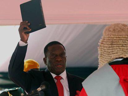 Emmerson Mnangagwa jura como presidente de Zimbabue en Harare, la capital del país, este viernes.