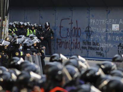 Policías ante las oficinas estatales de Quintana Roo en Ciudad de México, este miércoles.