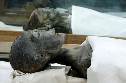 La momia de la madre de Tut y, detrás, la de su abuela Tiye.