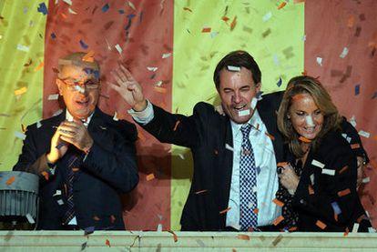 Artur Mas, con Josep Antoni Duran Lleida y  su esposa, celebra su victoria electoral.