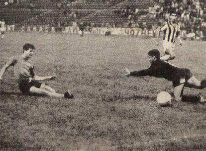 El salvadoreño<i> Pipo</i> Rodríguez anota frente al portero Varela el gol de la victoria de El Salvador ante Honduras.