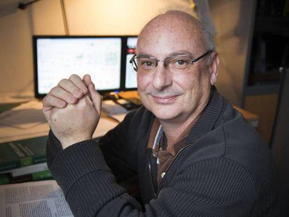 Francis Mojica, en su despacho de la Universidad de Alicante.
