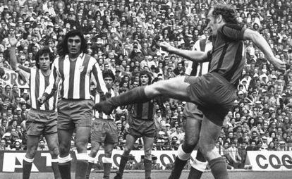 Marcial, el que patea, Heredia en primer plano, luego Adelardo y al fondo Alberto, junto a Cruyff, en un Atlético-Barcelona de la temporada 1973/74.