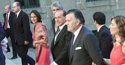 Silvio Berlusconi y Luis Bárcenas llegan a la boda de la hija de Aznar en El Escorial.