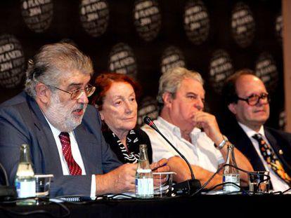 Juan Marsé (tercero por la izquierda), en octubre de 2004, cuando era miembro del jurado del Premio Planeta, experiencia que recoge en 'Notas para unas memorias que nunca escribiré'.