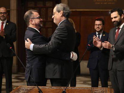 El presidente catalán Quim Torra (derecha) abraza al nuevo consejero Alfred Bosch.