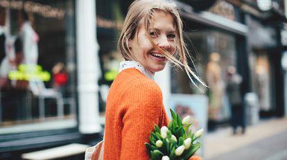 Regalar flores y plantas es un clásico en estas fechas y contribuye a mejorar el estado de ánimo. GETTY IMAGES