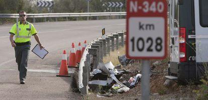 Un agente realiza el atestado de un accidente en el kilómetro 1028 de la N-340, en agosto pasado.