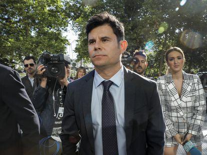 Javier Sánchez, ante los juzgados de Valencia donde presentó una demanda de paternidad al cantante Julio Iglesias