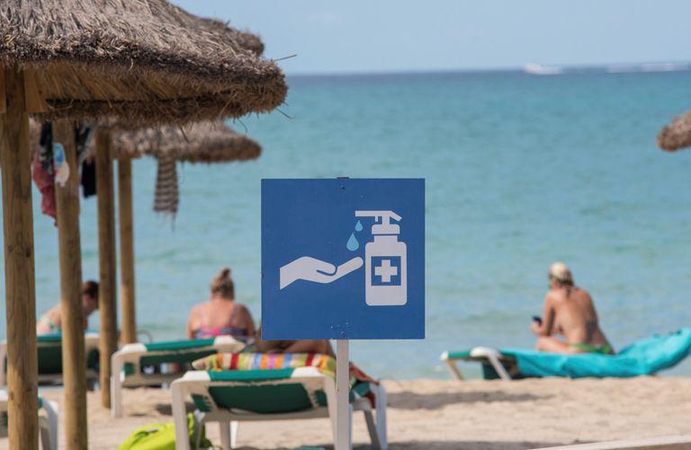 Cartel que recomienda a los bañistas lavarse las manos, en la playa de Palma.