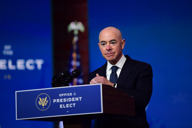 Alejandro Mayorkas, nominado al Secretario de Seguridad Nacional, después de ser presentado por el presidente electo Joe Biden.